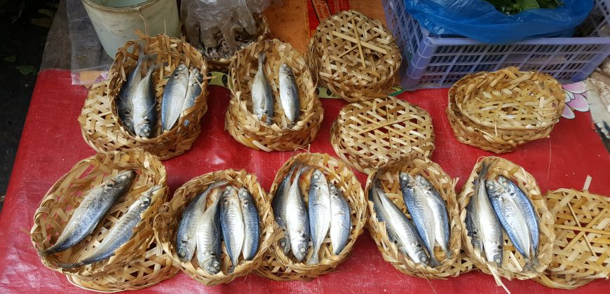Small baskets, each containing 4 whole silver and white fish